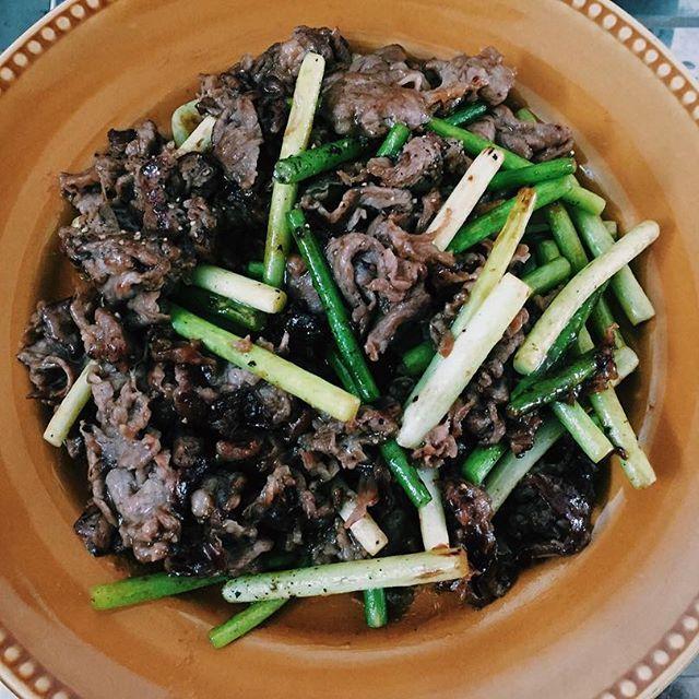 牛肉🍖ニンニクの芽とオイスターソース、塩胡椒が好きだーっ。コーンスターチ余ってたからまぶしたらとろっと絡んで美味しい٩( ᐛ )و  #自炊 #暮らし #一人暮らし #食べ物  #料理 #昼ごはん #肉 #ひとりごはん #おなかすいた #instafood #cooking