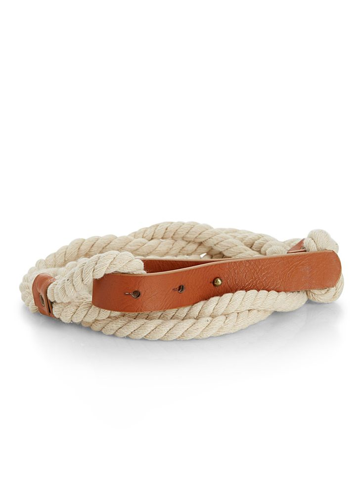 - A wide rope accented by a faux-leather studded buckle for stylish nod to the nautical trend - Cotton rope - Width: 18 mm