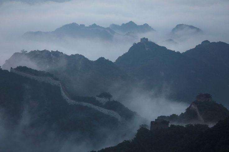 <p>La niebla matutina cubre el tramo Jiankou de la Gran Muralla, situado en el distrito Huairou, al norte de Pekín, China, el 7 de junio de 2017 (Foto: Damir Sagolj / <em>Reuters</em>). </p>