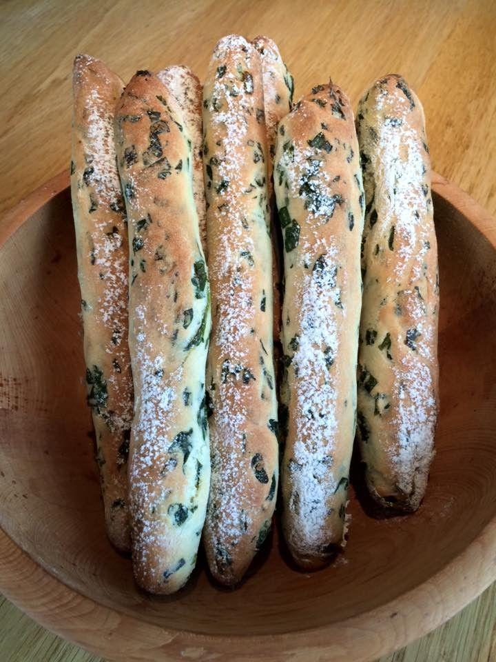 Zutaten 250 g Mehl 1 TL Salz 1/2 Würfel Germ 1 TL Zucker 150 ml Wasser Bärlauch (nach Geschmack) Alle Zutaten plus den grob geschnittenen Bärlauch zu einem glatten Teig verarbeiten und ca. 1/2 Stunde rasten lassen. Stücke zu je 60 g auswiegen und Stangen formen. Auf ein mit Backpapier belegtes Backblech legen. Mit Wasser besprühen und mit Mehl bestauben. Heißluft, 200° Grad, ca. 20 min. backen.