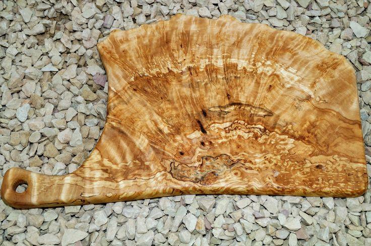 Изготовленная вручную разделочная доска из капа берёзового . Отверстие для подвешивания и отображения . Красивое зерно , полированная и пропитана льняным маслом , гладкая на ощупь . Размер : 380 ( 280 ) * 230 мм . Цена : 3499 р .