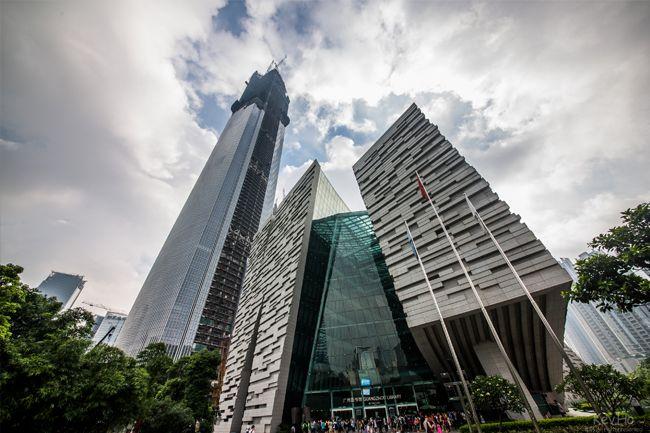 Chow Tai Fook Centre//Créer par le célèbre cabinet d'architecture New Yorkais, Kohn Pedersen Fox, ce bâtiment est situé à Guangzhou, en Chine, et il est actuellement en construction. Il est composé de 116 étages, dont 5 situés sous-terre. Sa construction prendra fin en 2016. Il possèdera un hôtel de 273 chambres, des bureaux, et 414 logements.  Sa superficie totale sera de 398,000 mètres carrés. Ce bâtiment est situé à gauche sur la photographie ci-dessous.