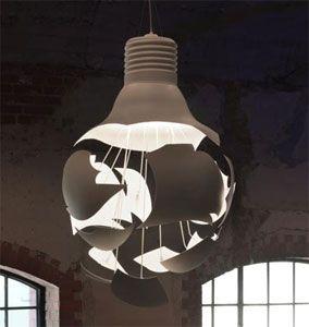 """Lámpara colgante """"Scheisse"""",  un tradicional bombillo de luz incadescente con novedades vanguardistas en su pantalla de aluminio"""