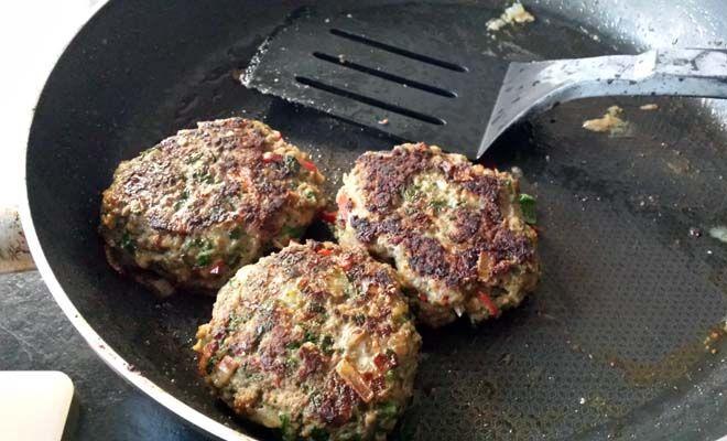 FETA BURGER    6 gemiddelde hamburgers    - 300 gram gehakt - 1 ei - 1 teen knoflook - 1 rode peper - 150 gram verse spinazie - 50 gram havermout - 100 gram feta - peper & zout - (volkoren) pitabroodjes - rucola - hummus * - 1 tomaat