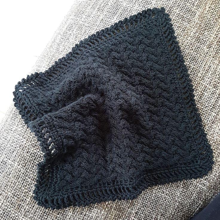 Denne klude giver rig mulighed for at øve sig på at strikke med hjælpepind - mønsteret bliver ganske tæt og kan godt trække sig lidt sam...