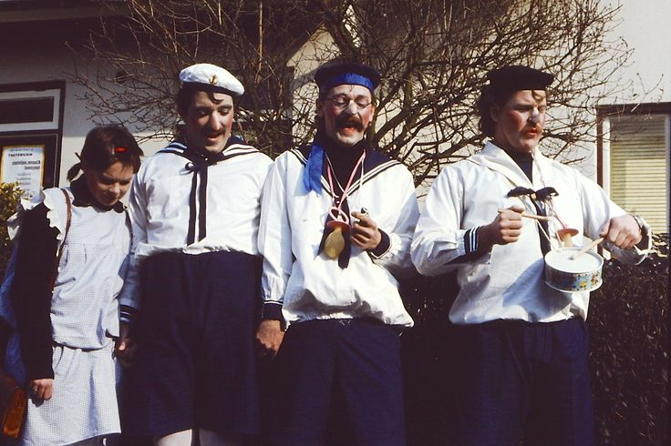Gouwe ouwe: eind jaren 70 met Lejo Meisen Will Panhuis en Ineke (van Lejo) klaar voor de kinderoptocht in Sittard met thema: Veer mouge mit zonger de pap en de mam...