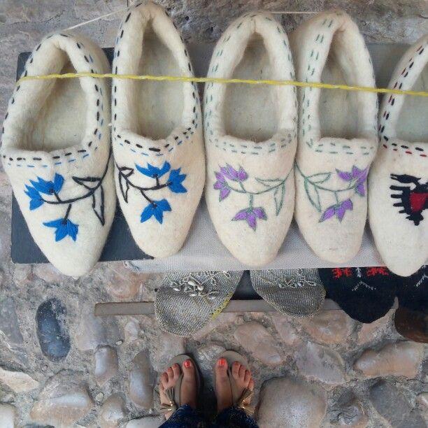 Nell'antico bazaar di #Kruja, vero e proprio cuore della città, ancora oggi molte signore continuano a produrre scarpette di lana  #ridieassapori #myalbaniaexperience #igersalbania #igerstirana #europe #travel #experienceblog #albania #tourism #LoveyourWork #city #gotourismalbania #visitalbania #instagramalbania #goodmorning