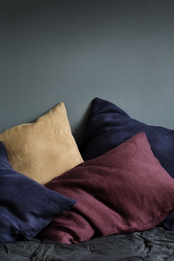 Color Harmony harmonie des couleurs jaunes violet pourpre bordeaux lin linge de lit chambre room bleu profond coussins cushions interior design
