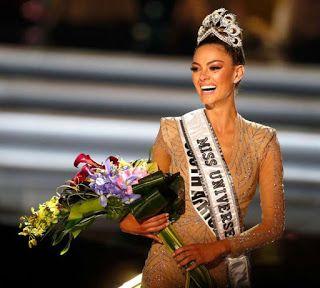 Peserta Afrika Selatan Menang Miss Universe 2017   Peserta dari Afrika Selatan Demi-Leigh Nel-Peters memusnahkan impian 91 peserta lain apabila dinobat sebagai Ratu Cantik Dunia (Miss Universe) tahun ini.  Kemenangan Demi-Leigh diumumkan pada pertandingan Ratu Cantik (Miss Universe 2017) telah pun berlangsung di Las Vegas Amerika Syarikat hari ini.  Peserta berasal Colombia Laura Gonzalez memenangi tempat kedua sementara Davina Bennet yang mewakili Jamaica menduduki tempat ketiga…