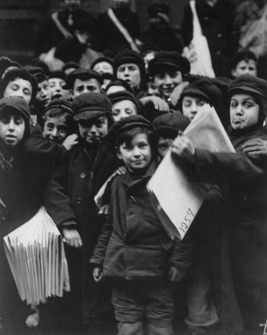 Lewis Hine, Newsboys, New York City, 1905