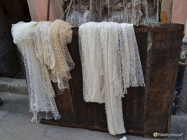 Camminando per le Calli di Chioggia è facile trovare reti da pesca. Qui un…