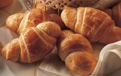 Croissanter - månehorn Croissanter - månehorn, er en fransk inspireret og smager himmelsk. Opskriften er simpel og lige til. Prøv den evt. til morgenmaden.