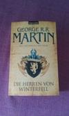 """Die Fantasy Saga """"Das Lied von Eis und Feuer"""" von George R. R. Martin umfasst in der deutschen Übersetzung bisher empfehlenswerte 9 Bände. Die Bücher dienten als Vorlage für die HBO Serie """"Game of Thrones""""."""