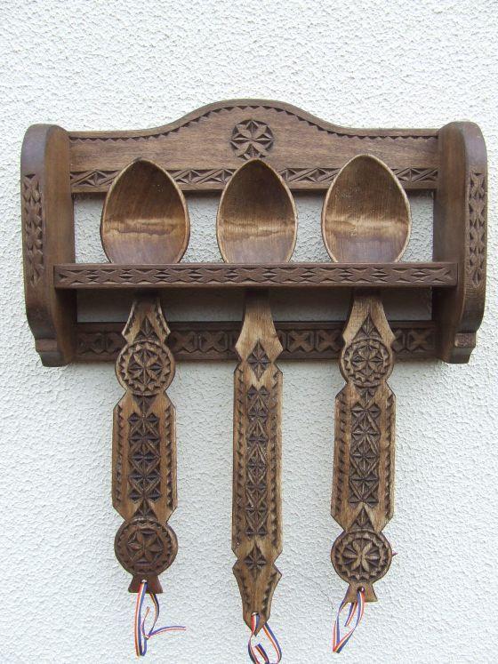 Lingurar traditional romanesc cu trei linguri, specific Dambovita