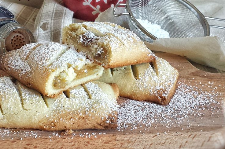 I fagottini di pasta frolla con mele e cannella sono dei dolcetti profumati, dal sapore avvolgente di mela e cannella che si sposano alla perfezione. Ecco la ricetta