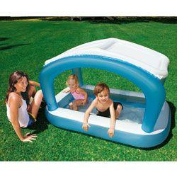 Piscine enfants pare-soleil bleue INTEX pour les enfants de 1 à 3 ans. Plus besoin de chapeau, le pare soleil en maille protègera vos bambins des méfaits du soleil! Le fond de cette piscine est gonflable et la capacité d'eau est d'environ 102L.