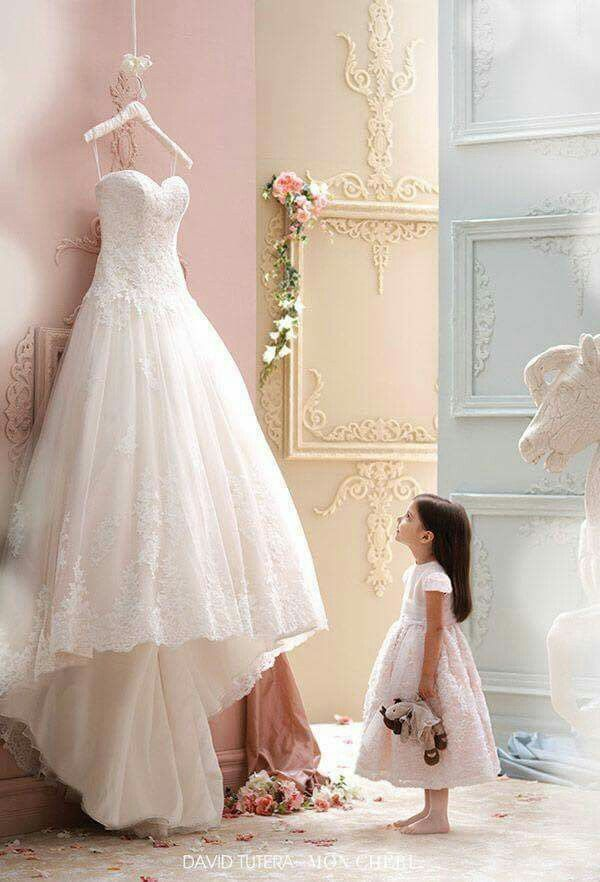 <3 the little girl looking at the dress.