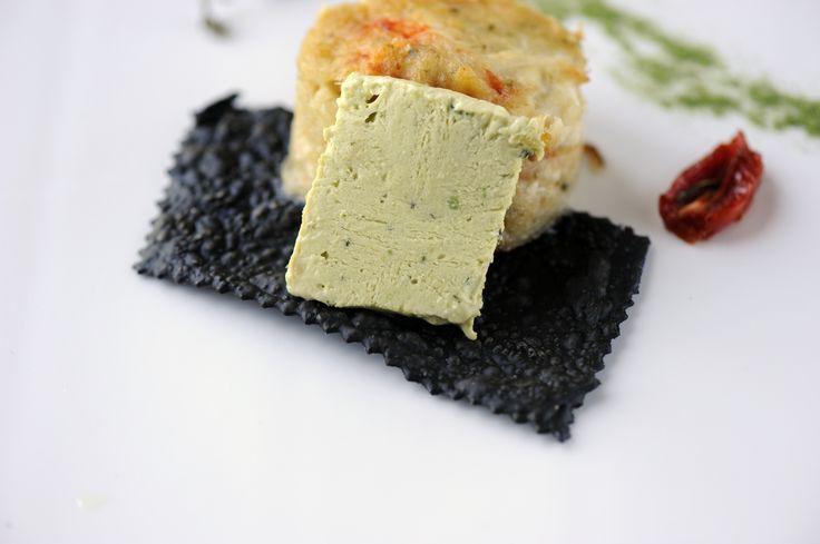 Timballo di baccalà e gamberi, gelato all'avocado e pomodorino confit.