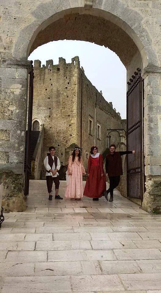 Abiti tradizionali medievali  da menestrello e da cortigiane  Abiti della Proloco di Miglionico Luogo: Castello del Malconsiglio - Miglionico MT Foto di: Giuseppe Munno