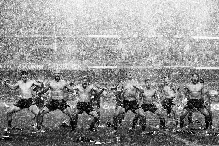 La squadra di rugby neozelandese danza l'haka dopo la vittoria contro l'Inghilterra a Hong Kong, il 30 marzo. - (Cameron Spencer, Getty Images)