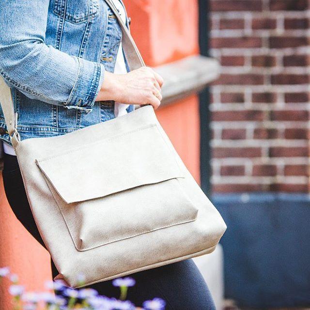 Wat is het toch leuk om te werken aan de collectie. Dit tasmodel is een blijvertje in de collectie. Zelf had ik hem afgelopen zomer in grijs, in de shop staat de tijdloze tint cognac.  Vraag: in welke kleuren zou jij deze schoudertas graag willen zien? #baglover #schoudertas #mode #accessoires #fashionessentials #crossover #crossbodybag #grey #greyshades #makingbags #fashionstyling #timetodesign #fashion #style #look #inthecity #fashionphoto #everydaybag #productfotografie