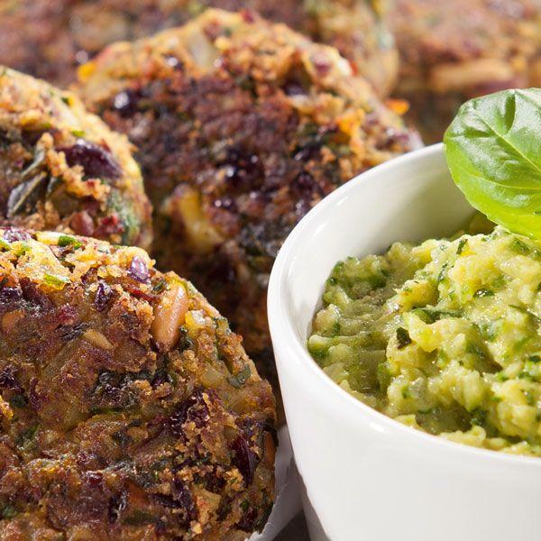 Rezept aus VEGAN FOR YOUTH, DIE ATTILA HILDMANN TRIÄT: Kidneybohnen-Buletten mit Zucchini-Dip (Food-Fotos: Simon Vollmeyer - Food-Styling: Johannes Schalk)