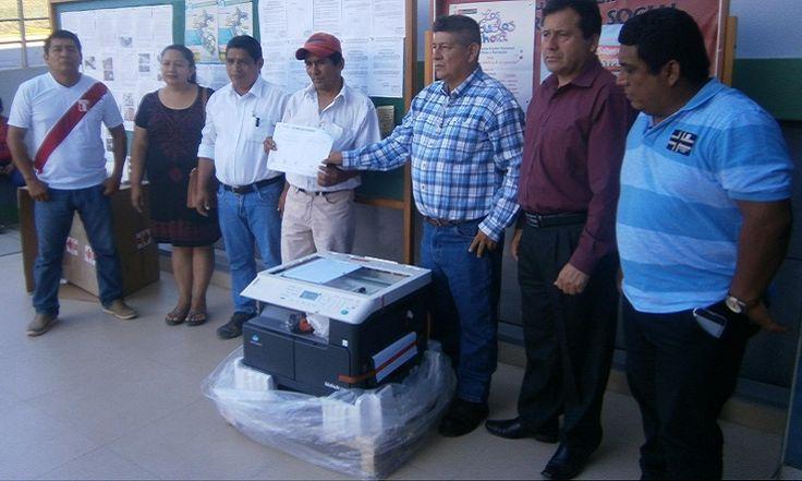 DIRECTOR Y PADRES DE FAMILIA DE LA I.E. TUPAC AMARU II DEL DISTRITO DE HUARANGO CONTENTOS AL RECIBIR UNA FOTOCOPIADORA POR PARTE DE LA MPSI.