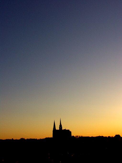 Silouhette de la cathédrale de Chartres dans les lueurs crépusculaires / Chartres, ChEure-et-Loirer © 2003