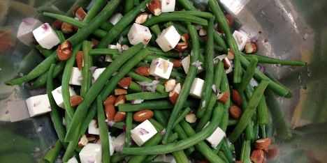 Lækker og supernem bønnesalat med feta, mandler og rødløg, der kan serveres til enhver hovedret eller udgøre en let frokost.