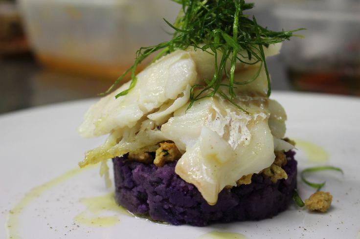 Merluzzo con erba cipollina, patate viola e crumble salato alla menta