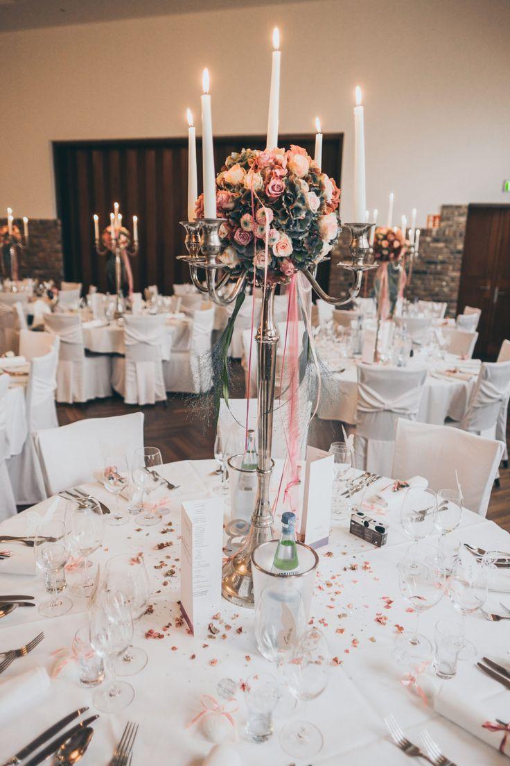 Ein Kerzenleuchter und eine Blumenkugel in den Hochzeitsfarben mitten drin. Ein bisschen Glitzergranulat auf dem Tisch und schon ist ein festlich dekorierter Tisch fertig. Foto: Ramona Müller