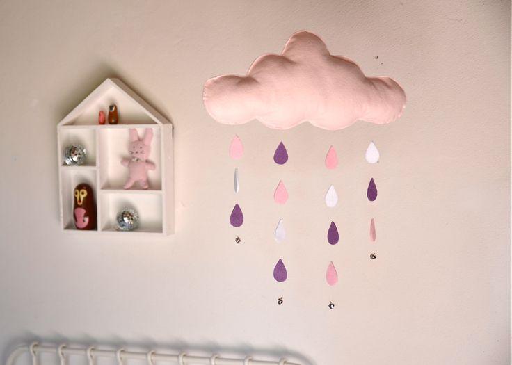 nuvola in feltro rosa imbottita, con gocce e campanellini