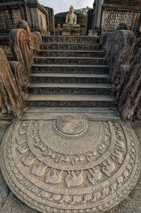 """Templo antiguo, ruinas de Anuradhapura, en Sri Lanka. La piedra tallada de fondo se llama """"piedra lunar"""" y los pasos conducen a un todavía intacto, Buda sentado ."""