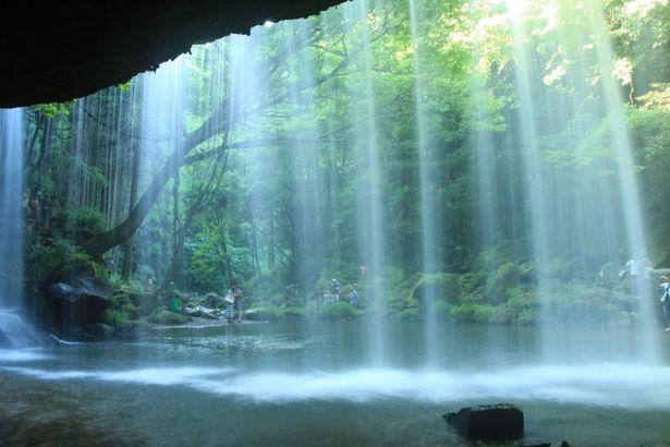 自然の力が織りなした水のカーテン