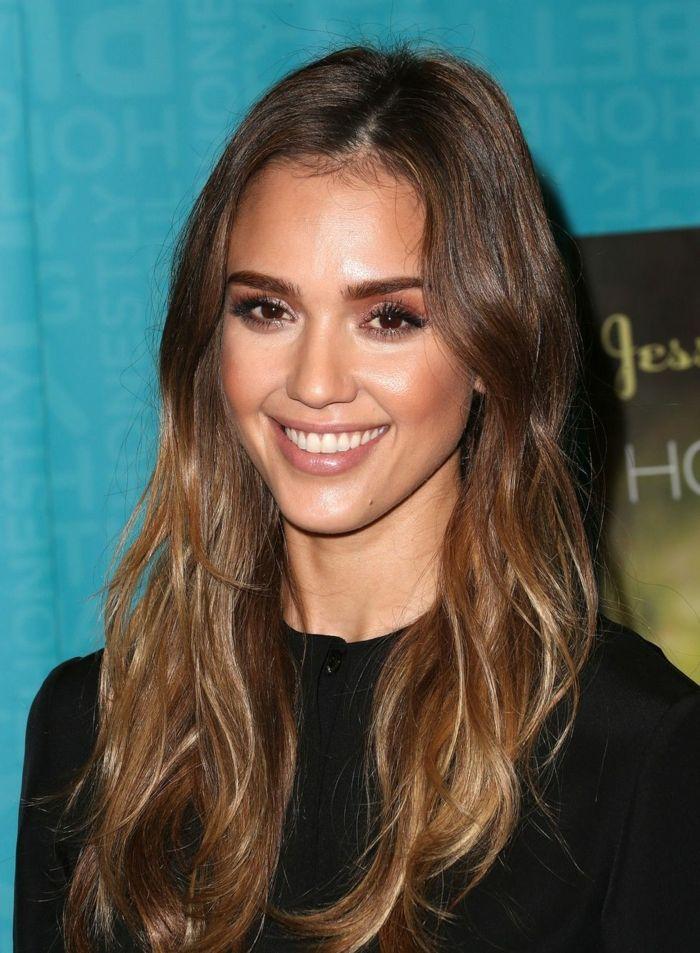 5-Jessica-Alba-pelo-largo-californianas-color-avellana-mechas-rubio-oscuro-maquillaje-con-sombras-de-ojos-marrones