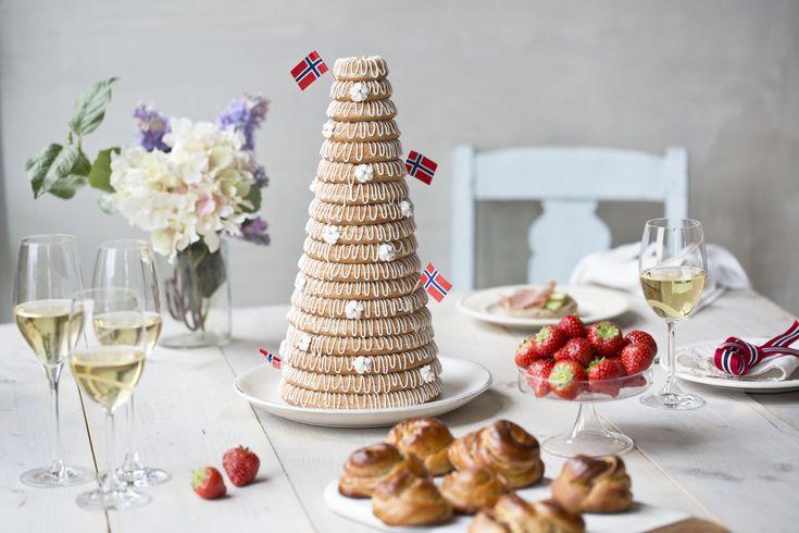 Kransekake til 17.mai og konfirmasjon er flott på kakebordet. Med mandler, melis, eggehvite og kransekakeringer lager du denne selv. Pynt med norske flagg.