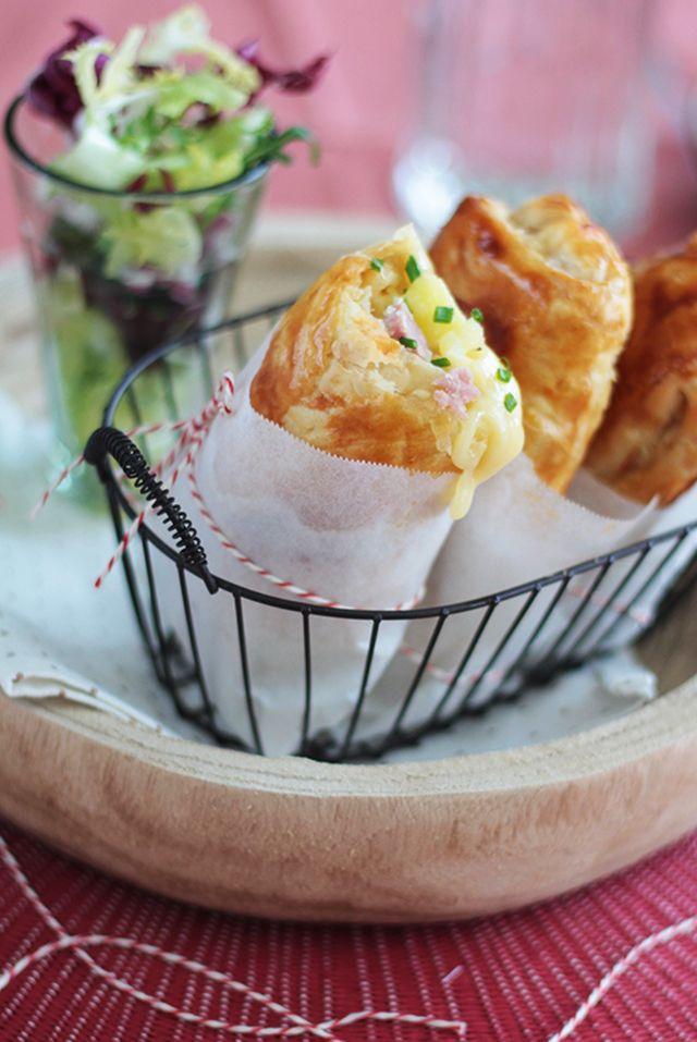 Une bonne raclette, bien gourmande, que l'on peut déguster partout ! Découvrez cette recette de chaussons fourrés aux lardons, fromage et pomme de terre.