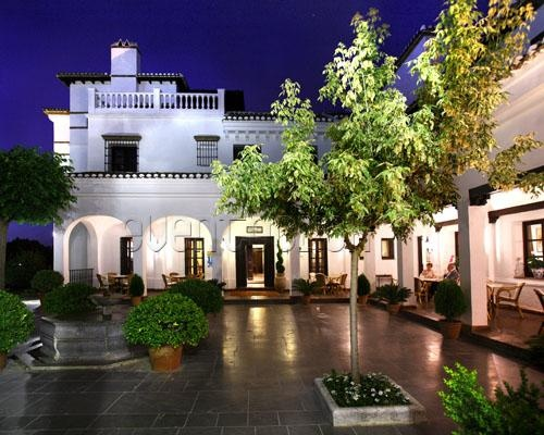 Hotel magnífico e luxuoso de uma pequena aldeia da Andaluzia, na província de Granada.  O Barceló La Bobadilla destaca-se como um hotel luxuoso e exclusivo localizado no coração da Andaluzia, entre as cidades de Málaga, Granada, Córdova e Sevilha. Construído no estilo de um palácio andaluz aninhado numa propriedade privada de 350 hectares, onde graças ao clima generoso Mediterrâneo pode desfrutar de vistas deslumbrantes de pura natureza está perdido para além do horizonte.