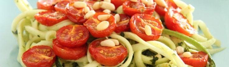 Courgette spaghetti met pesto en ovengeroosterde tomaatjes