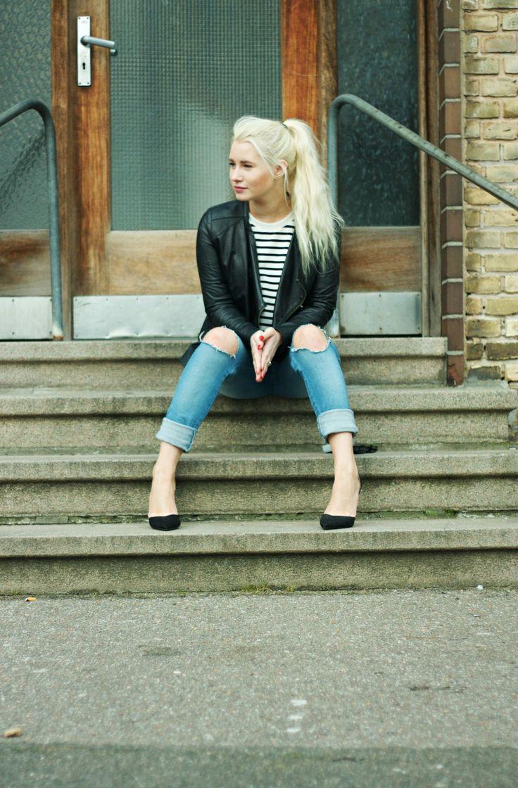 It's a ripped jeans, leather jacket and pumps kind of Thursday... #fashionblogger #fashionblog #rippedjeans #leatherjacket #pumps      Todays outfit / Stribet bluse Comme des Garcons Læder jakkeZaraPumps MossCopenhagen   ....