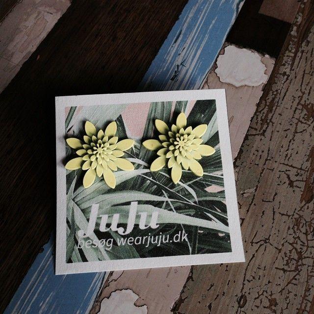 Goodmorning dear friends. And happy friday with these Big #neon #yellow cuties. #FUNFACT #a cats urine glows under a blacklight #vintage #plexiglassjewelry #jewelry #wearjuju #juju #flowers #flower #hawaii #vintagestyle #vintagelook #funfacts #funfact #rockabillystyle #tropical #botanical #danishdesign #jujuflowers #design #Newvintage #Plasticflowers #flowerearrings #flowerfingerrings #copenhagen #aloha #mahalo #summer