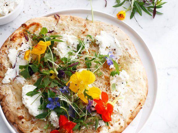 Wunderschön und richtig lecker: Selbst gemachte Pizza mit Essblüten |