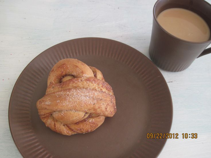 Some of my vintage plates and cups, Norwegian. New Orleans chicory cafe au lait in the cup. And a homemade twisty cinnamon bun I made, called snurrboller, kanelsnurrer or kanelboller...etc. My recipe is Lombakeriet´s but with more spices.