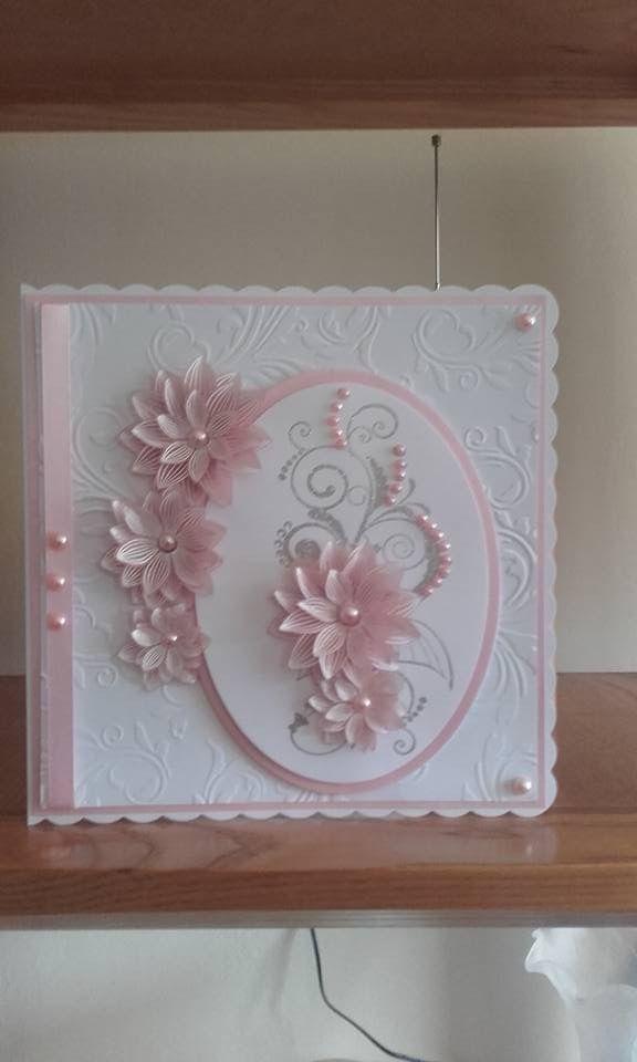 Smukt kort med blomster og flatback perler..