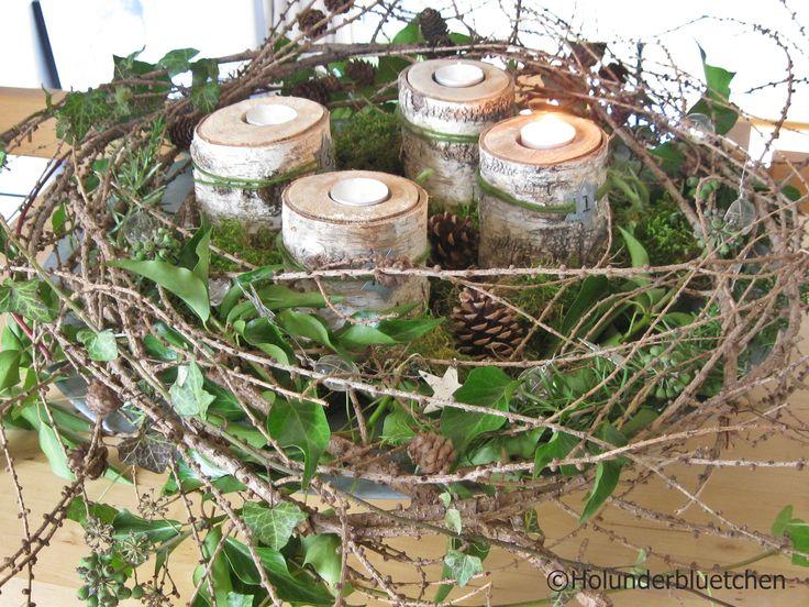 Adventskranz von Holunderbluetchen® Er besteht aus Lärchenzweigen, Efeu, Moos und Rosmarinzweigen aus dem Garten, Kerzen , Zapfen und Deko