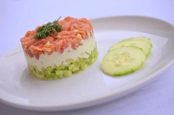 Toll in Form: Gurken-Lachs-Tartar mit Wasabicreme