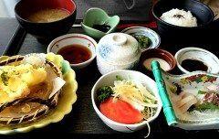 兵庫県にある道の駅 みつへ行ってきました 道の駅みつは目の前が海という最高の場所です これから夏だし夏にはピッタリの道の駅ですよね  さらに道の駅にはとれとれ直売所があり新鮮な青果や鮮魚を購入する事が出来ます 海に隣接しているのでここでは新鮮な魚介を使った美味しい料理が食べられるレストランがあります  今回私はここでなぎさ膳をいただきました お刺身と天麩羅ごはんとお味噌汁茶わん蒸しがついた豪華なお昼です 見た目もきれいだし海を見ながらおいしいお魚を食べられるのが最高に幸せな時間でした  ぜひみなさんも一度食べに行ってみて下さい tags[兵庫県]