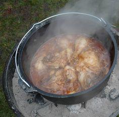 ;Coca Cola Kip Erg lekker en goed te maken op een kampvuur ; 6 kipfilets of kipstukken 1 ltr Coca cola 150 ml hot ketchup 3 tenen knoflook 1 grote verse ui 1/2 eetlepels chilipoeder (als je van pittig houd 1 eetlepel) Zout naar smaak Kriel aardappeltjes Snij de kip in stukken en bak hem in een Dutch Oven. Meng ondertussen alle andere ingrediënten in een schaal, inclusief de krieltjes, en schenk over de kip.