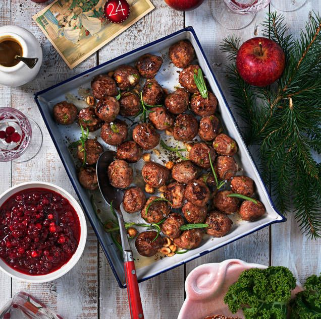 Sätt en twist på köttbullarna till julbordet! Köttbullar gjorda på kalvfärs blir saftiga och goda.
