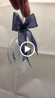 Julekuler med eget design som navn, ordtak ol. Her har jeg laget et glasshjerte fylt med hvite fjær og dekorert med blå vinyl. God Jul på ...